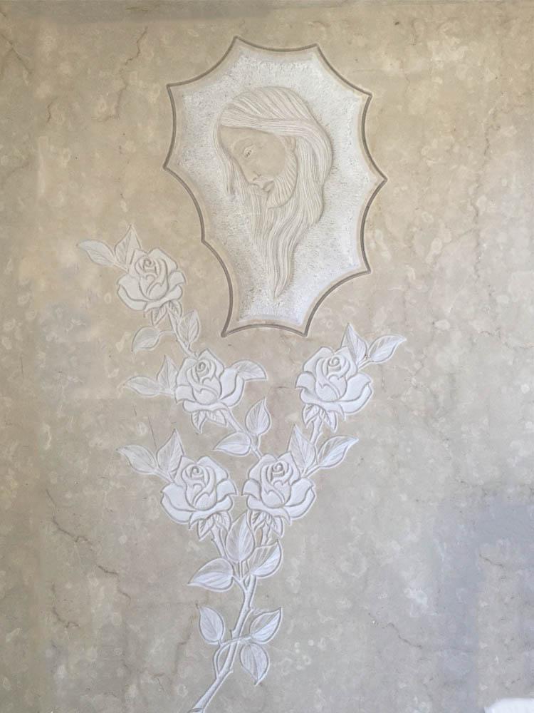 Cristo in basso rilievo con rose