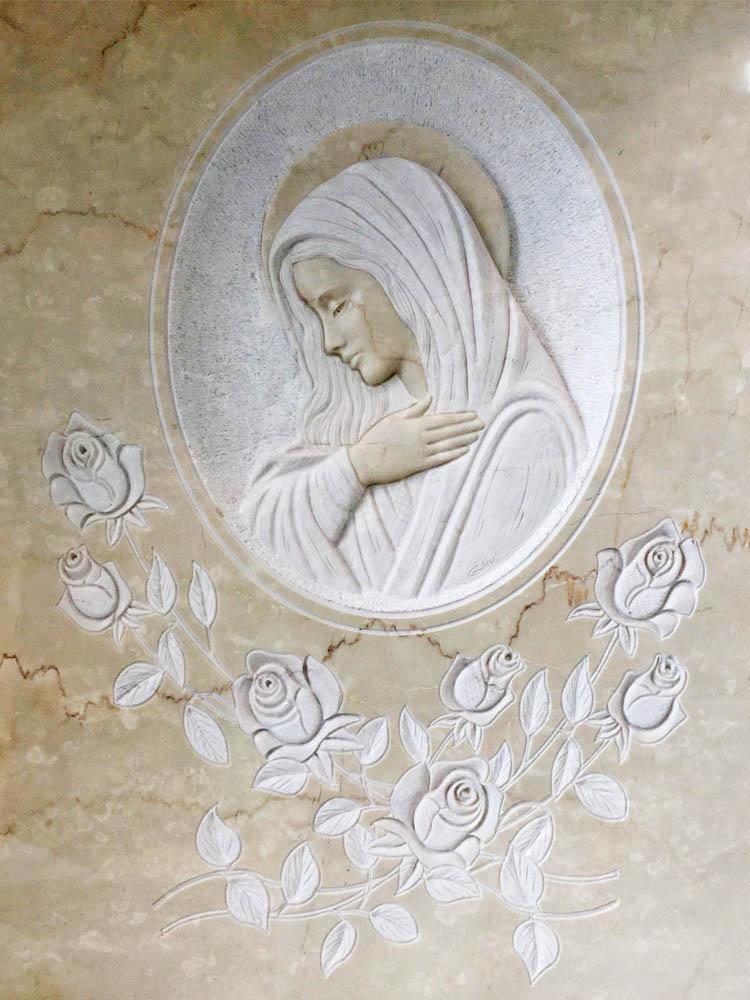 Madonna in basso rilievo con rose