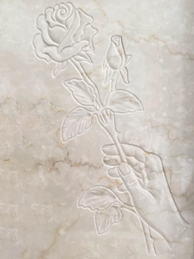 Floral decorations in marble or granite – Hand with rose