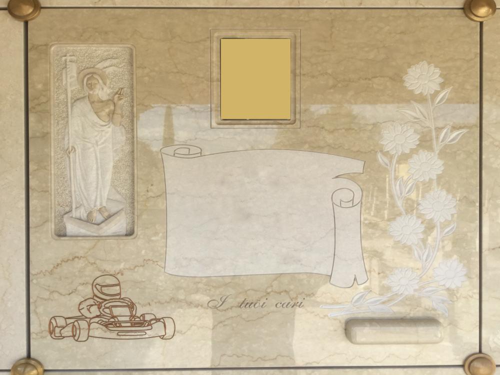 Lapide dritta con fiori, go-kart e Gesù scolpito