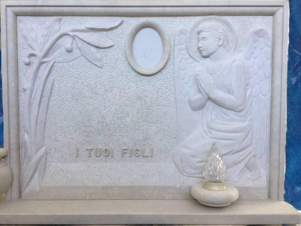 Lapide martellinata con angelo in preghiera e palma