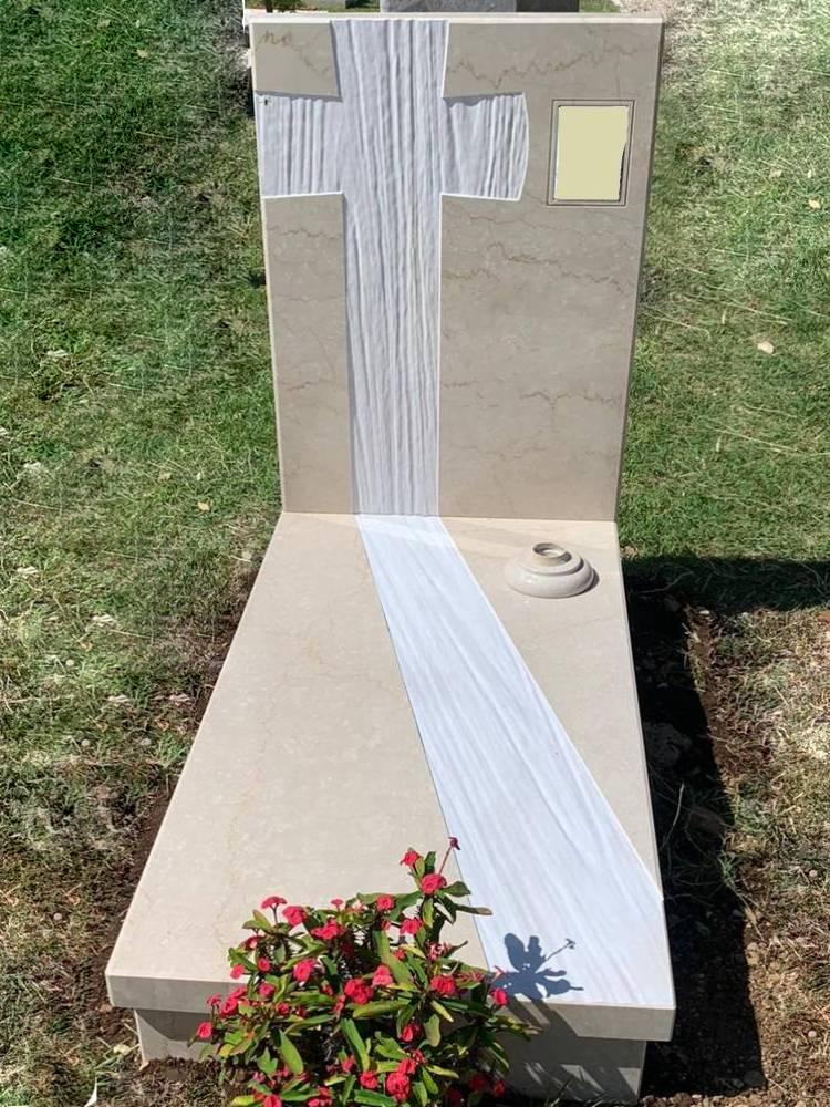 Monumento con testata con croce in Botticino